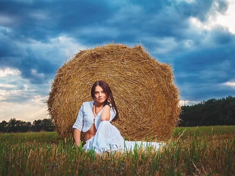 Красивая фотосессия на сене в поле (6)