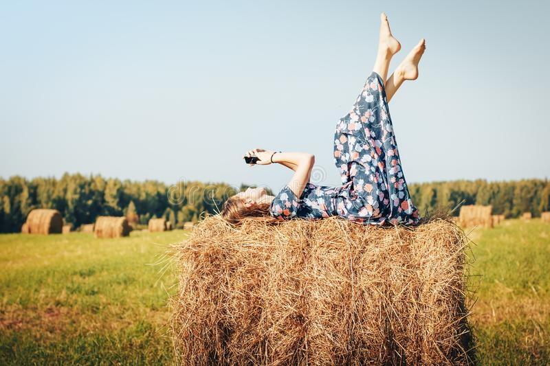 Красивая фотосессия на сене в поле (7)