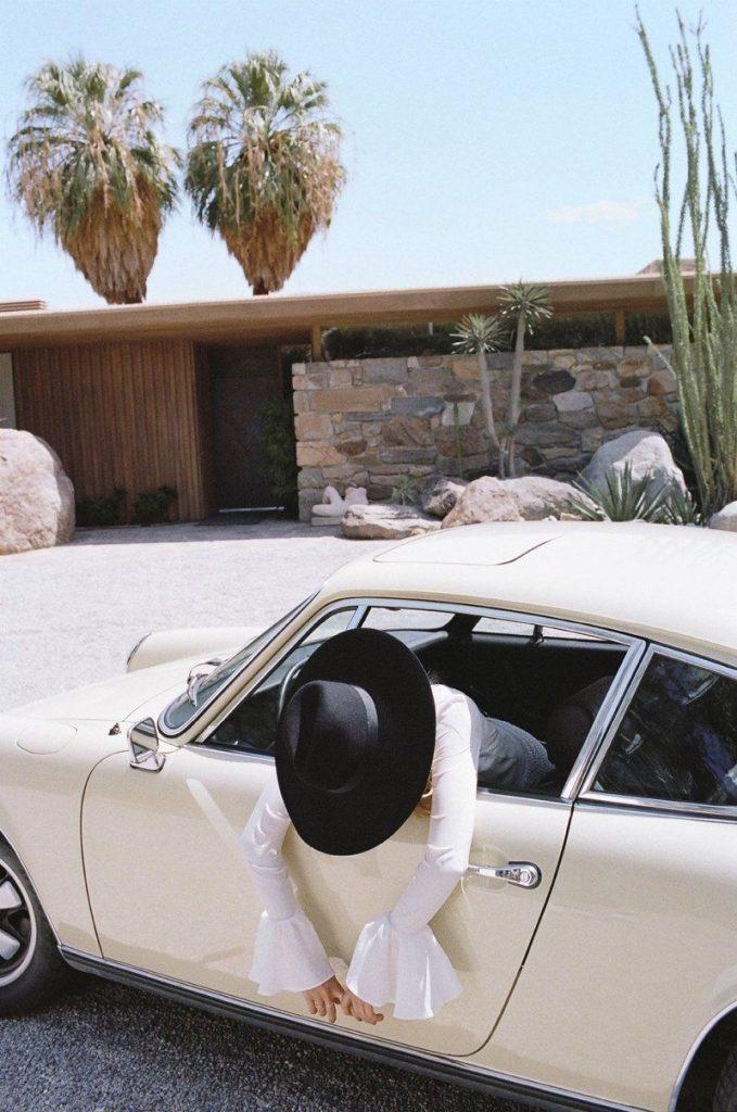 Возле машины фото девушек - подборка (4)