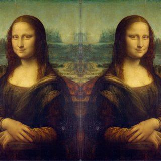 Почему отражение в зеркале отличается от картинки на фото 1