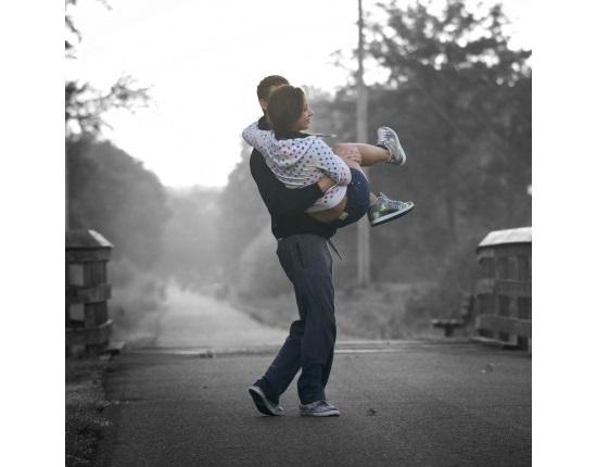 Брюнетка с парнем со спины фото и картинки (18)