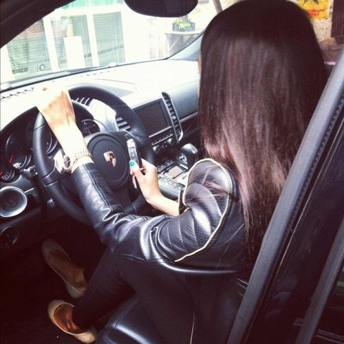 Девушка на аву на машине - топ аватарки за 2021 год (7)