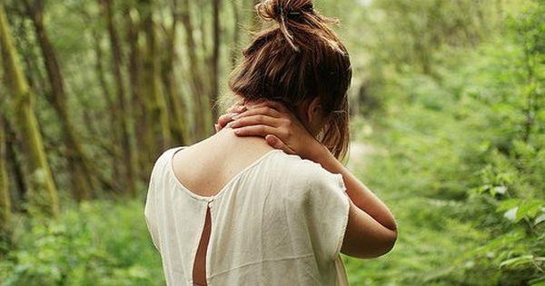 Девушка в лесу спиной фото и картинки - подборка (1)