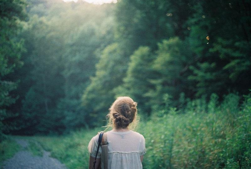 Девушка в лесу спиной фото и картинки - подборка (10)