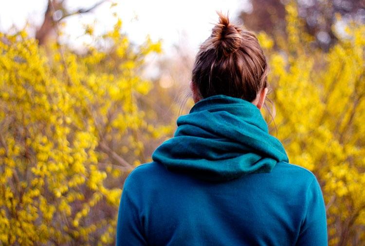 Девушка в лесу спиной фото и картинки - подборка (13)