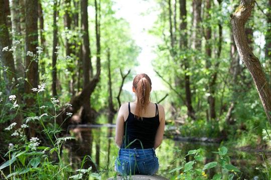 Девушка в лесу спиной фото и картинки - подборка (16)