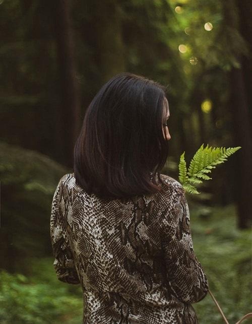 Девушка в лесу спиной фото и картинки - подборка (18)