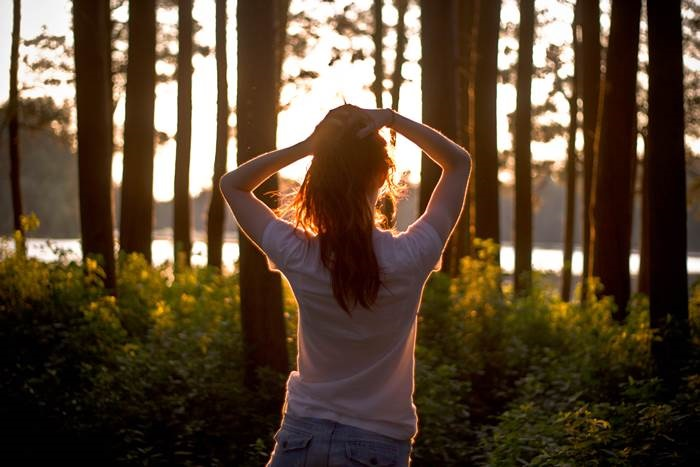 Девушка в лесу спиной фото и картинки - подборка (19)