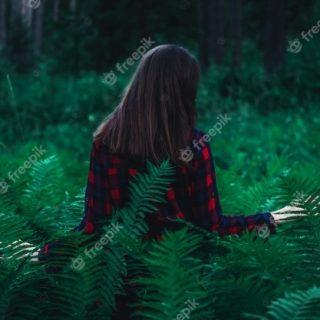 Девушка в лесу спиной фото и картинки   подборка (20)