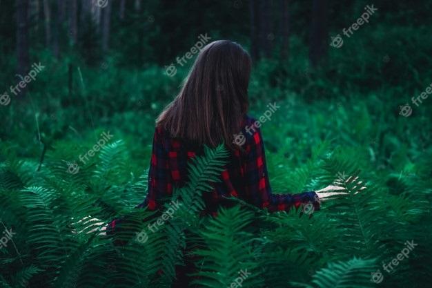 Девушка в лесу спиной фото и картинки - подборка (20)