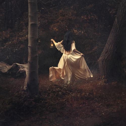 Девушка в лесу спиной фото и картинки - подборка (21)