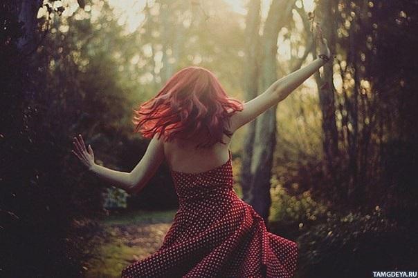 Девушка в лесу спиной фото и картинки - подборка (22)