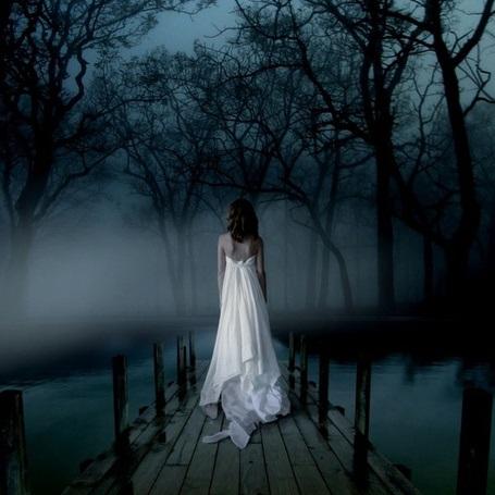 Девушка в лесу спиной фото и картинки - подборка (24)