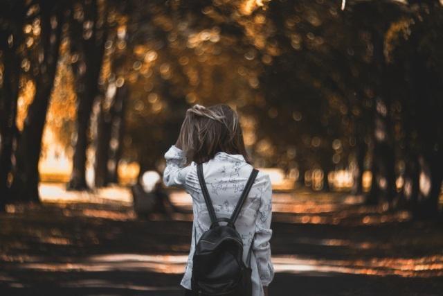 Девушка в лесу спиной фото и картинки - подборка (26)