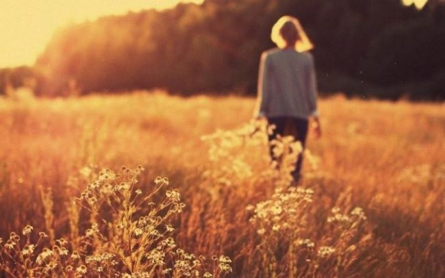 Девушка в лесу спиной фото и картинки - подборка (27)