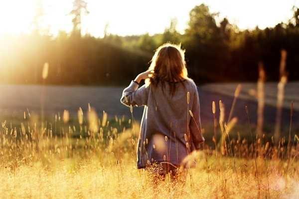 Девушка в лесу спиной фото и картинки - подборка (3)