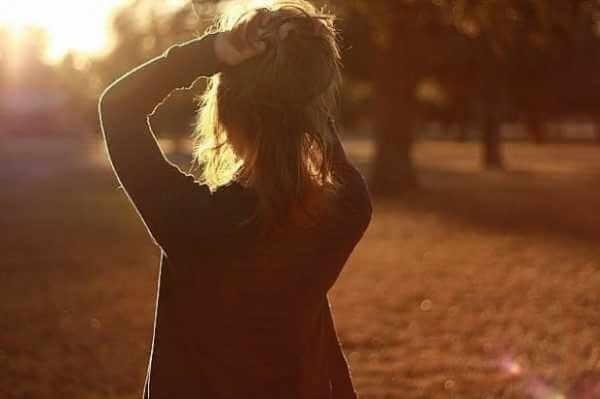 Девушка в лесу спиной фото и картинки - подборка (4)