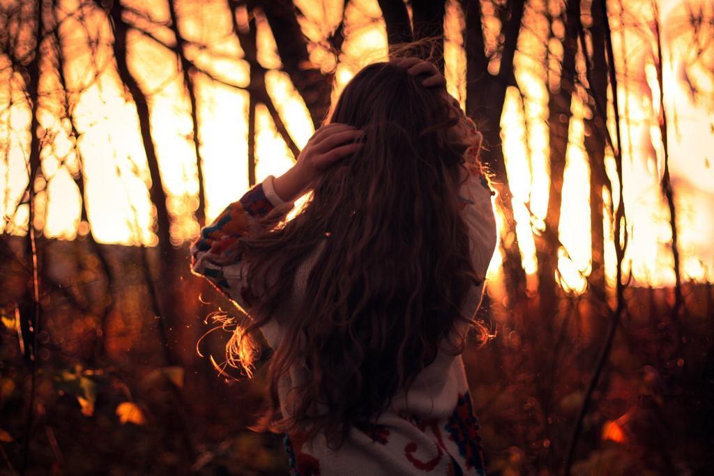 Девушка в лесу спиной фото и картинки - подборка (5)