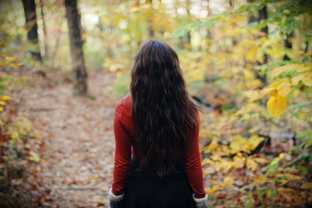 Девушка в лесу спиной фото и картинки - подборка (7)