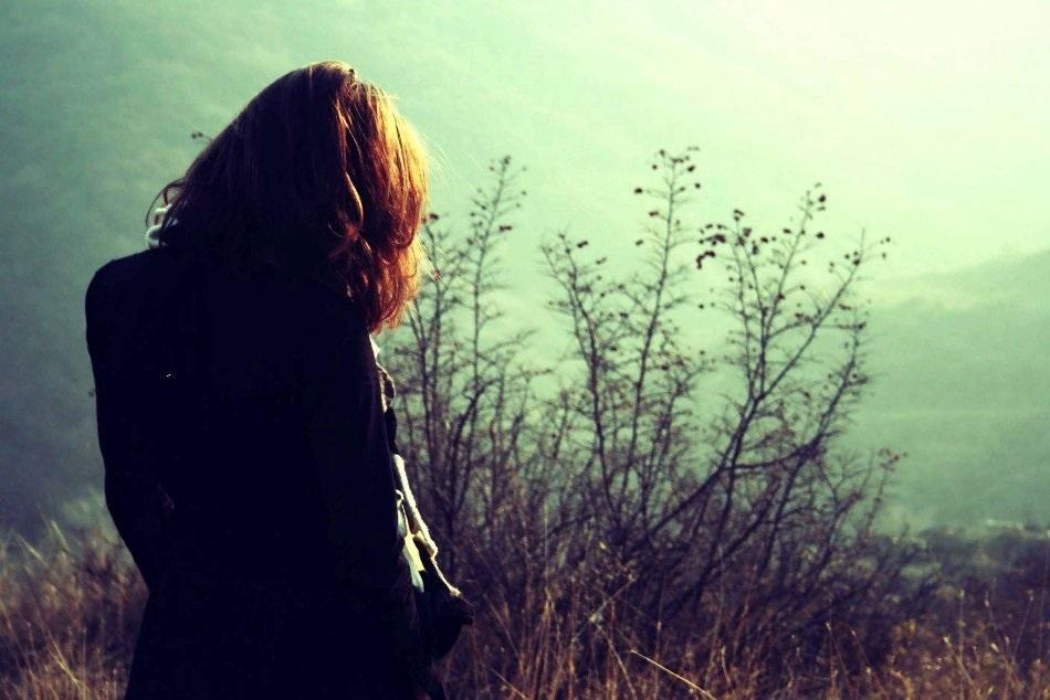 Девушка в лесу спиной фото и картинки - подборка (8)