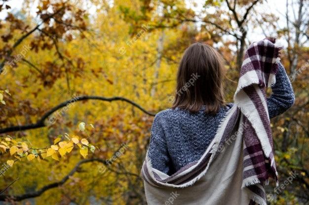 Девушка в лесу спиной фото и картинки - подборка (9)
