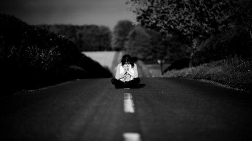 Черно белые грустные фото девушек для сохраненок (31)